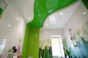 зеленый двухуровневый натяжной потолок