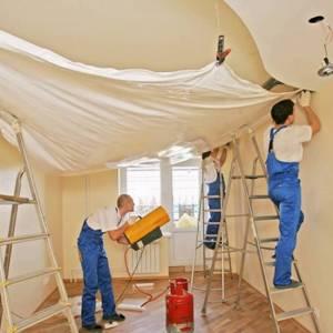 монтажники натянут потолок